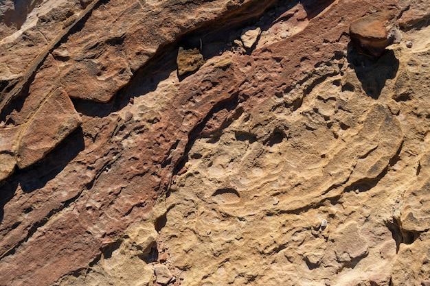Natürliches orange-braunes muster der berge des nahen ostens, alte strukturierte wüstensteine