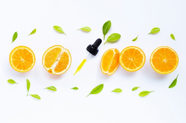 Natürliches orangenvitamin c des zitrusfruchtöls mit frischen orangen- und grünblättern