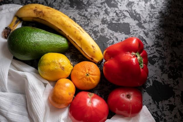 Natürliches organisches hässliches dotty gemüse und früchte vom garten