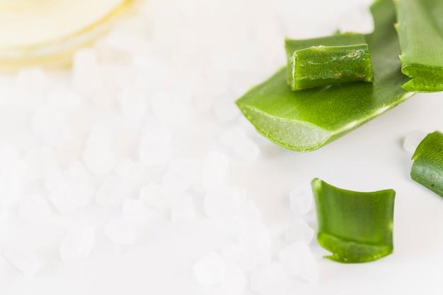 Natürliches organisches steinsalz und aloevera-blatt für kosmetikprodukte