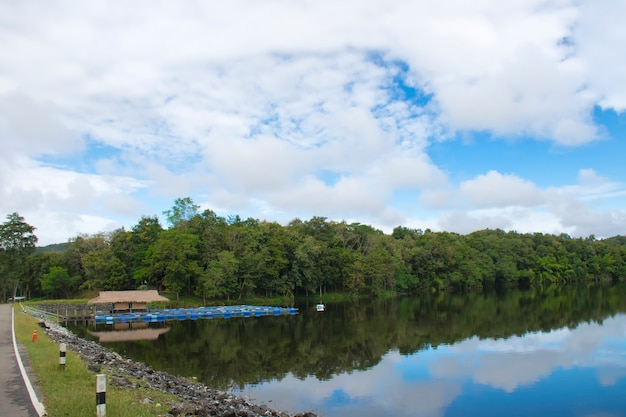 Natürliches reservoir im dschungel mit schönem himmel in thailand
