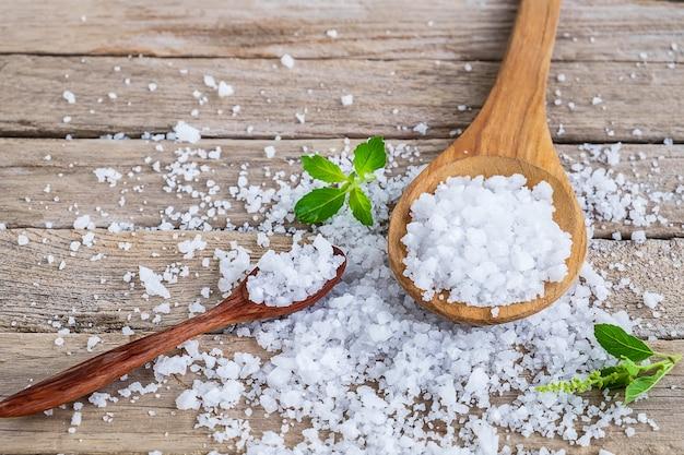 Natürliches salz aus dem meer auf dem esstisch