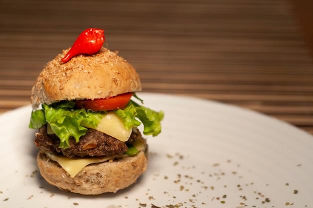 Natürliches sandwich mit tomate, kopfsalat, käse