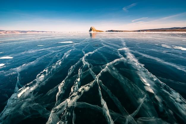 Natürliches scherbeneis in gefrorenem wasser