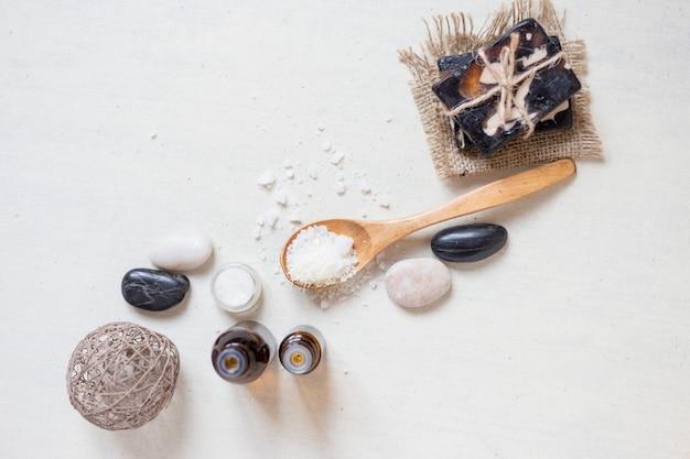 Natürliches seesalz und handgemachte seife mit körperöl auf einem weißen hintergrund badekurort-konzept. top wiev