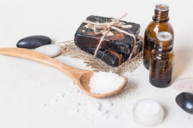 Natürliches seesalz und handgemachte seife mit körperöl auf weiß