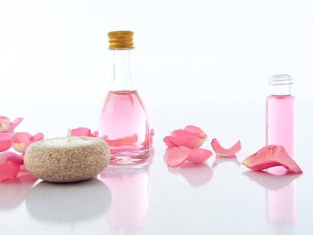 Natürliches spa-set aus rosen- und duftkerzen-potpourri