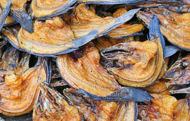 Natürliches trocknen von gesalzenem fisch, trockenfisch konservieren, brauner grillfisch