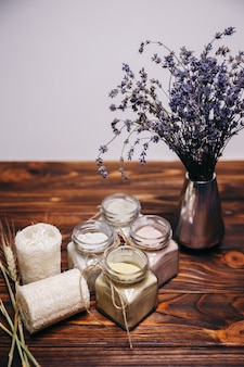 Natürliches ubtan ayurveda und luffa werden im spa für eine sauberere haut verwendet