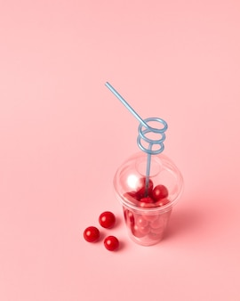 Natürliches vegetarisches essen. rote reife kirschtomaten in einem plastikbehälter