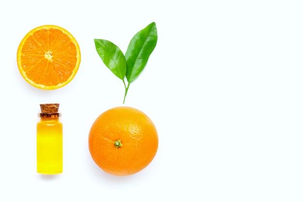 Natürliches zitrusöl mit frischen orangenfrüchten und grünen blättern auf weißem hintergrund. hoher vitamin c.