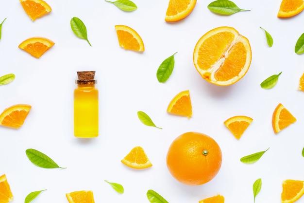 Natürliches zitrusöl mit frischen orangenfrüchten und grünen blättern. hohes vitamin c.
