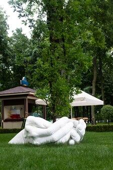 Natur, baum in den händen. ein park mit einem denkmal für menschliche hände, aus dem ein baum wächst. rette den planeten