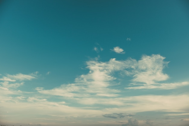 Natur des himmels mit wolkenlandschaft im sommer. umwelt und wetter hintergrund. vintage farbtoneffekt.