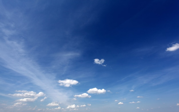 Natur hintergrund. weiße wolken über blauem himmel