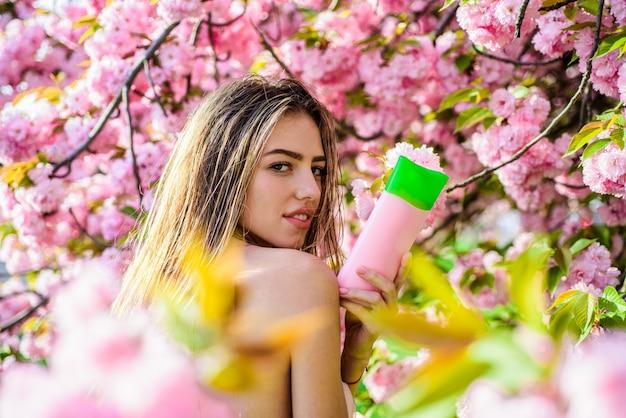 Natur kräuterkosmetik glückliches mädchen werbung pflegeprodukt haarpflege scincare schönheitskonzept frau