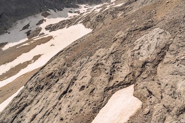Natur mit schnee auf felsigem berg im alpennationalpark