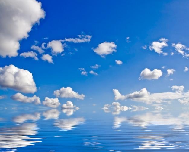 Natur oberfläche. weiße wolken über blauem himmel