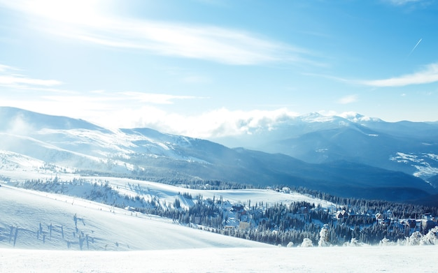 Natur. schöne winterlandschaft mit schneebedeckten bäumen. schöne aussicht auf die berge von einem hohen punkt.