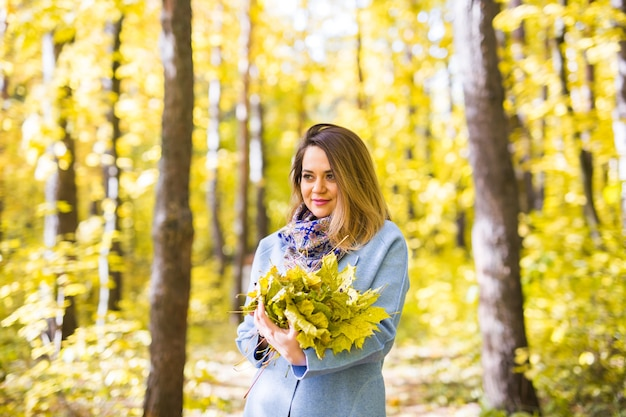Natur-, schönheits-, personenkonzept - porträt der niedlichen jungen frau mit einem bunten blumenstrauß von gelb