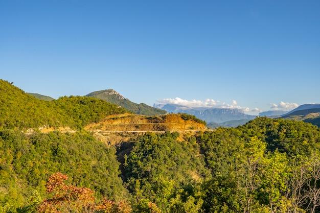 Natur, sommerlandschaft in albanischen bergen