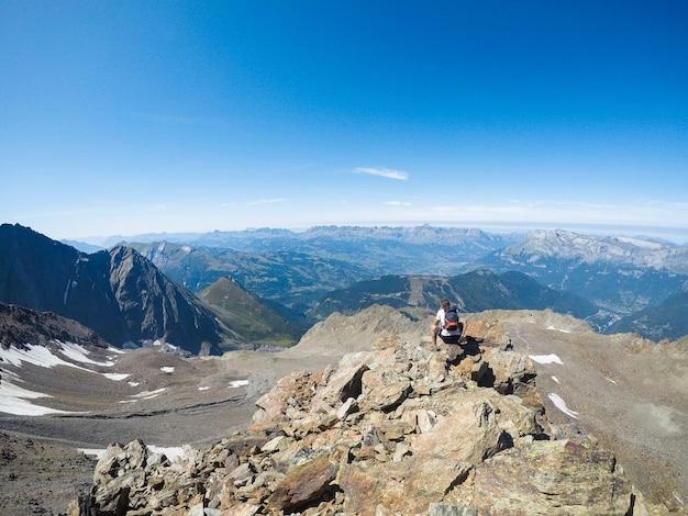 Natur und mensch. liebhaber in den bergen. extrem