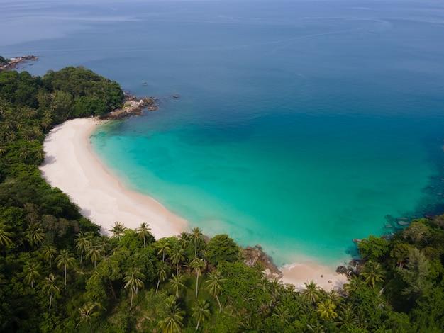 Naturansicht der schönen landschaft strandmeersommertag im sonnigen luftbild des weißen strandes der drohne