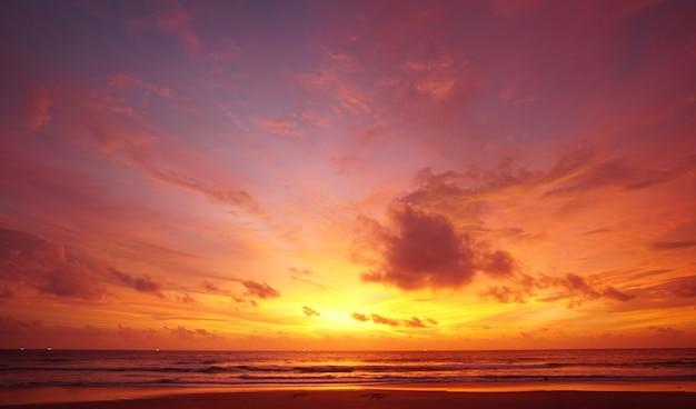 Naturbild sonnenuntergang oder sonnenaufgang am zwielichthimmel des strandes