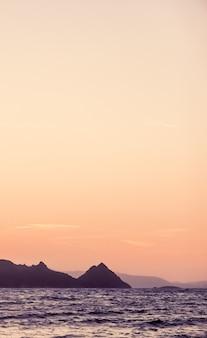 Naturdämmerung und vintage strandurlaub konzept sonnenuntergang an der mittelmeerküste meerblick und bergblick