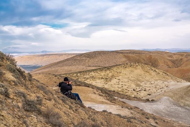 Naturfotograf fängt berglandschaft ein
