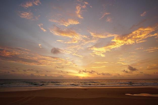 Naturhintergrundsonnenuntergang am strand. natur- und reisekonzept.