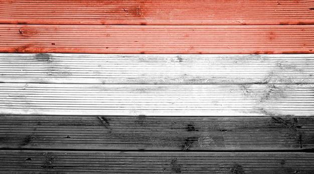 Naturholzplanken textur hintergrund mit den farben der flagge ägyptens