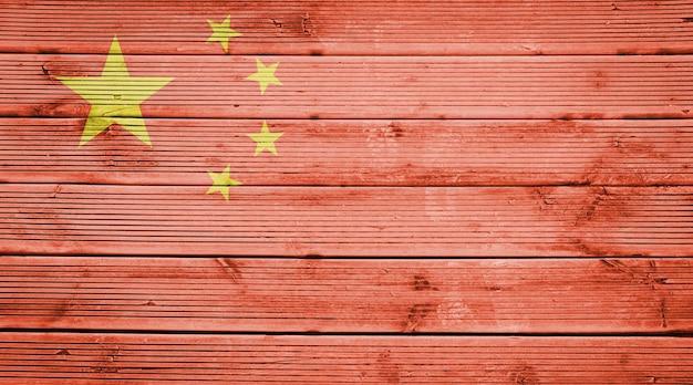 Naturholzplanken textur hintergrund mit den farben der flagge chinas