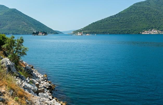 Naturinsel st. george (links) und künstliche insel unserer lieben frau von den felsen (rechts) vor der küste von perast in der bucht von kotor, montenegro