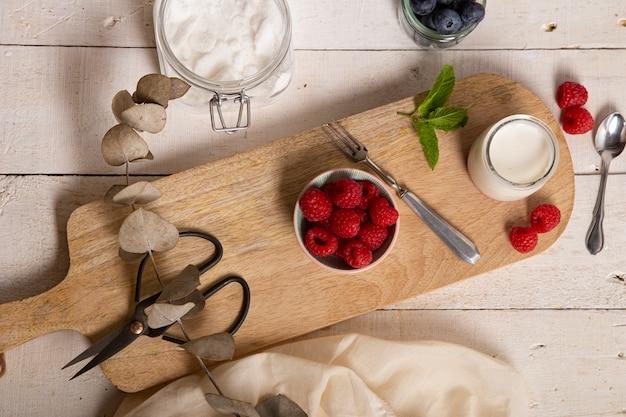 Naturjoghurt, frische himbeeren und blaubeeren
