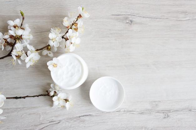 Naturkosmetik für die gesichtspflege, kirschblüte