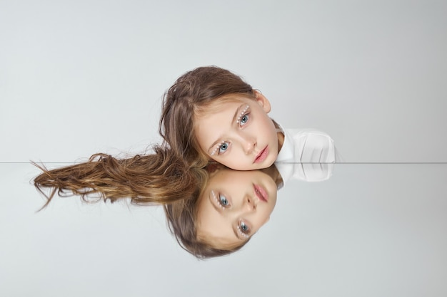Naturkosmetik für mädchen. schönheitsporträt eines romantischen mädchens mit schönen langen haaren, ein lächeln auf ihrem gesicht