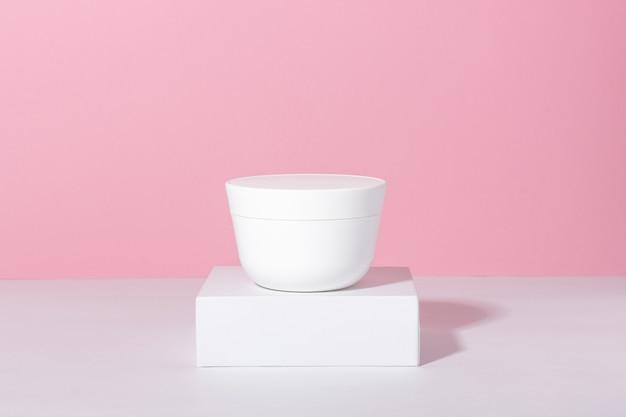 Naturkosmetik. glas mit creme oder gesichtsmaske.