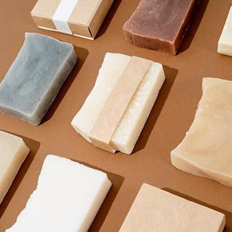 Naturkosmetik. handgemachte seife mit leeren bändern für mockup-design, muster auf braunem hintergrund