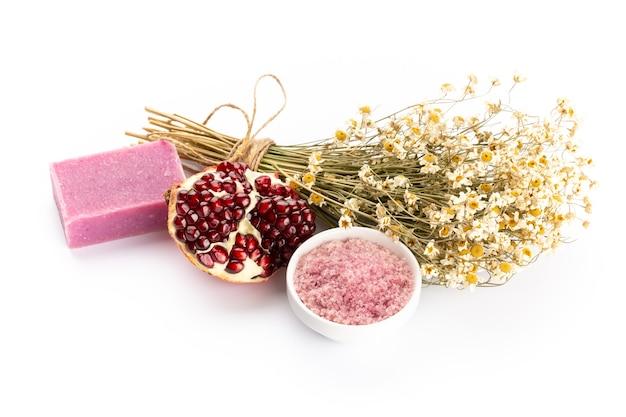 Naturkosmetik mit lavendel und granatapfel, für hausgemachtes spa auf weißem hintergrund draufsicht modell. Premium Fotos