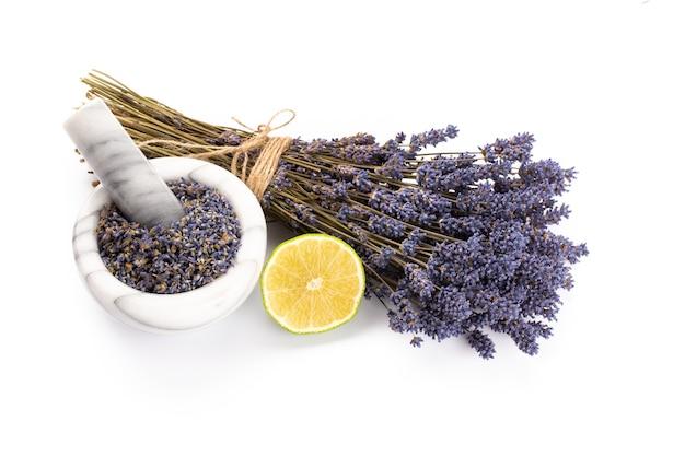 Naturkosmetik mit lavendel und orange, zitrone für hausgemachtes spa auf weißem hintergrund draufsicht mock-up.