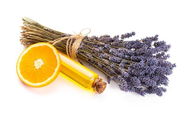 Naturkosmetik mit lavendel und orange, zitrone für hausgemachtes spa auf weißem hintergrund draufsicht modell. Premium Fotos
