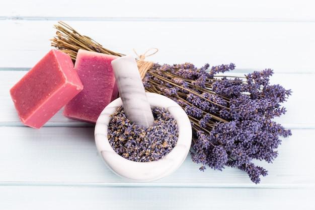 Naturkosmetik mit lavendel und orange, zitrone für hausgemachtes spa