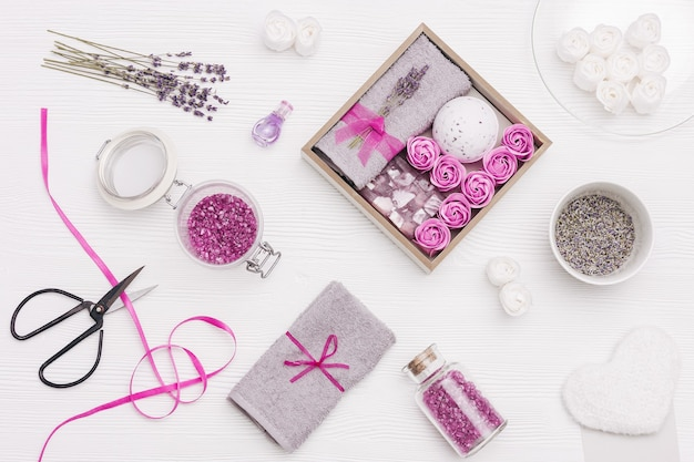 Naturkosmetik mit lavendelaroma. handgemachte geschenkbox mit badebombe, seife, meersalz und trockenen duftenden blumen