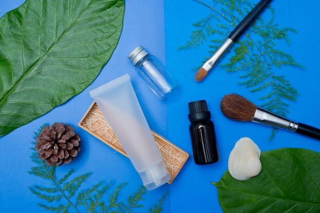 Naturkosmetikflaschenbehälter auf farbpapierhintergrund