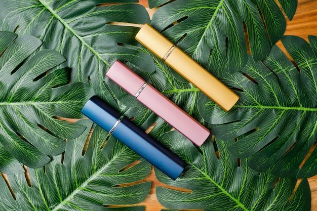 Naturkosmetikflaschenbehälter auf grünem blatthintergrund, leere flasche, naturschönheitshautpflegeprodukt,