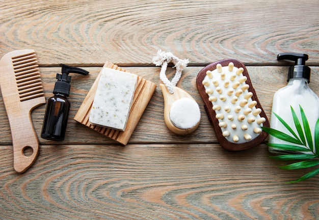 Naturkosmetikprodukte ohne abfall auf holz