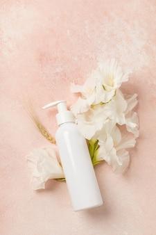 Naturkosmetische creme mit blütenextrakt
