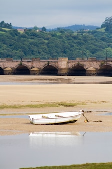 Naturlandschaft am meer mit boot und dorf