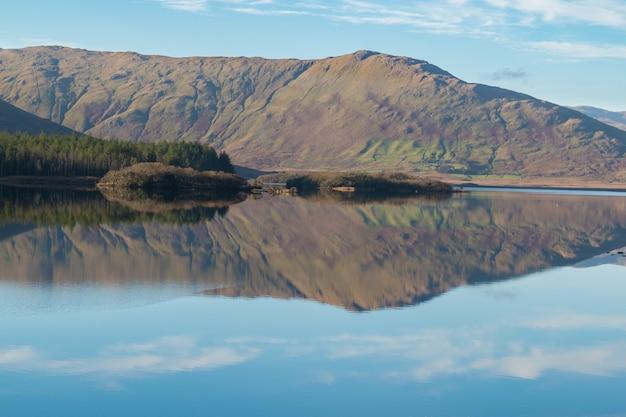 Naturlandschaft des connemara-nationalparks in den irischen seen